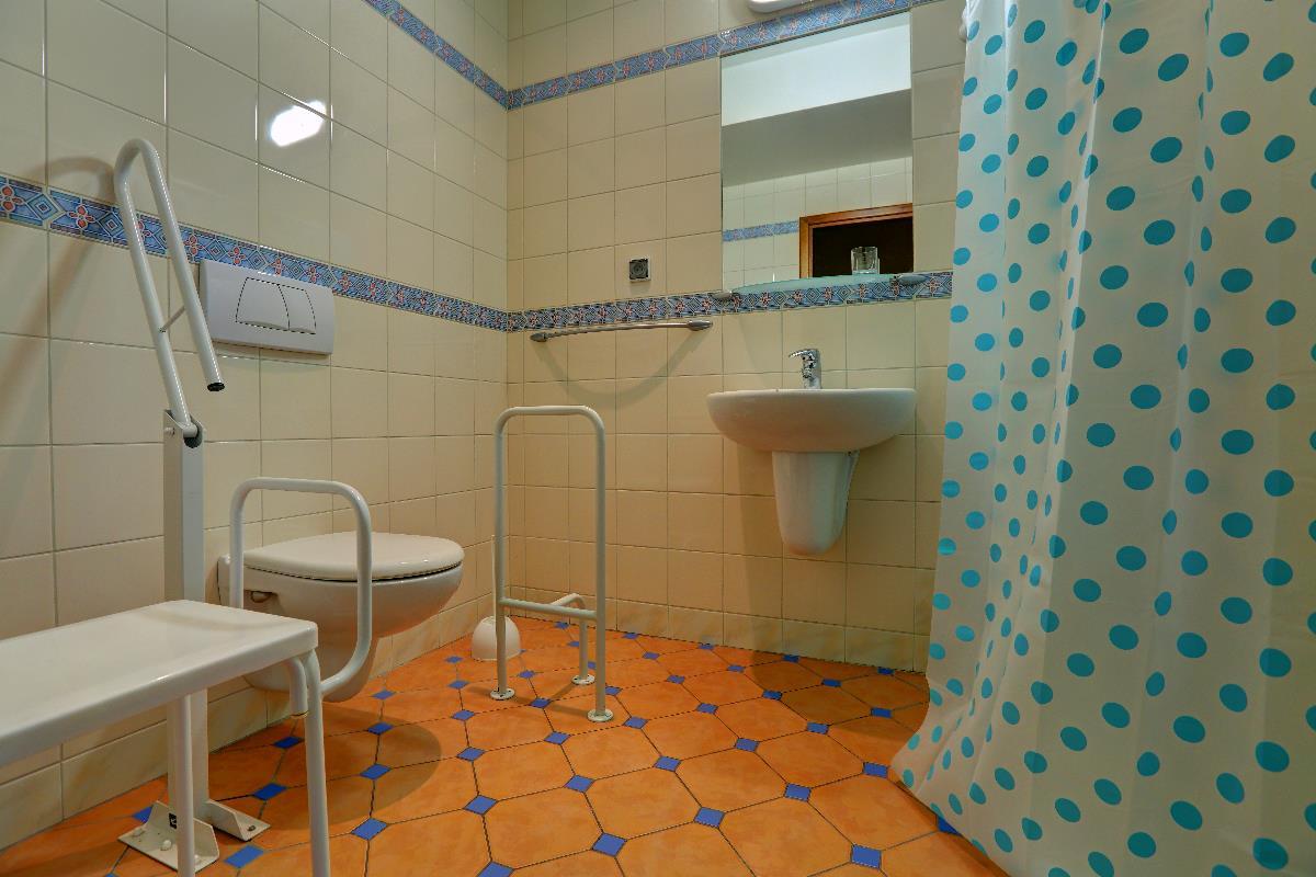 Łazienka przystosowana dla osób niepełnosprawnych, pokój 115